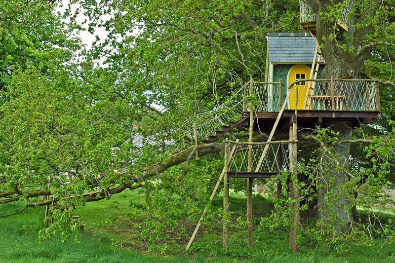 The rope bridge gives an atmosphere of fun and adventure to this bespoke children's treehouse